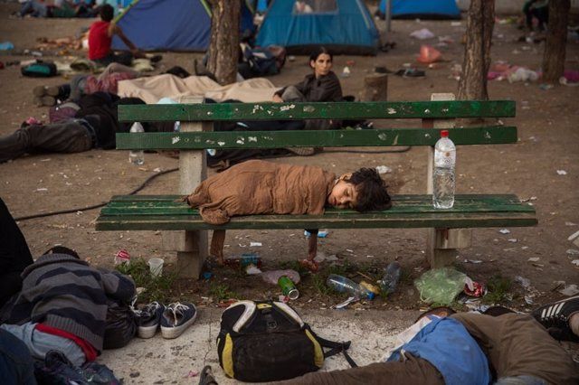 Niño durmiendo en un parque de Belgrado, Serbia