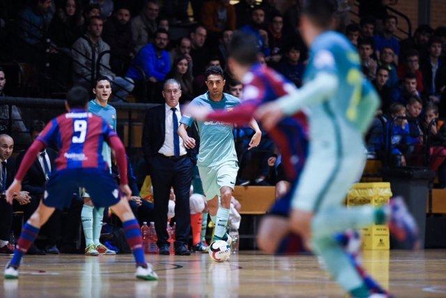 Aicardo conduce el balón en el Levante-FC Barcelona
