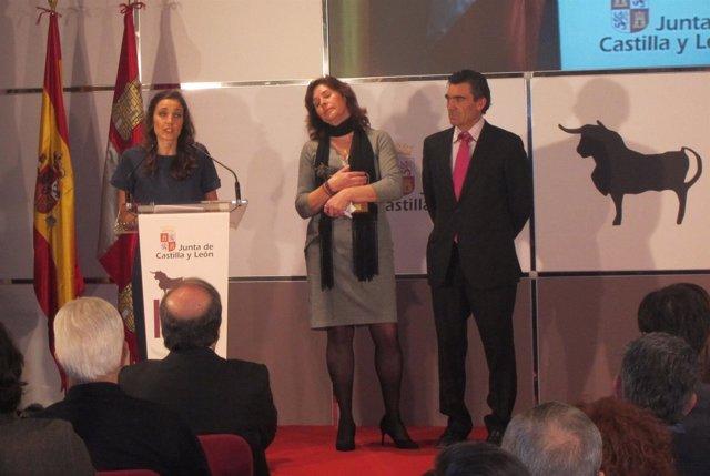 La viuda de Víctor Barrio, Raquel Sanz, recoge el Premio Tauromaquia 2016