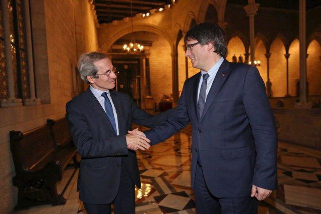 El embajador Yves Saint-Geours junto a C.Puigdemont en Barcelona