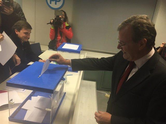 El Alcalde De León, Antonio Silván, Deposita Su Voto