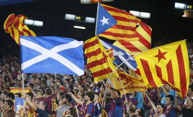 Bandera de Escocia con esteladas en el Camp Nou
