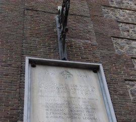 Acusan a la Comunidad de subvencionar la reforma de una iglesia con dos placas franquistas