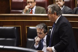 Zoido censura la falta de apoyo del Gobierno de Navarra a los guardias civiles de Alsasua