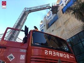 Una decena de personas afectadas por inhalar humo en el incendio de un hotel cerrado de Marina d'Or