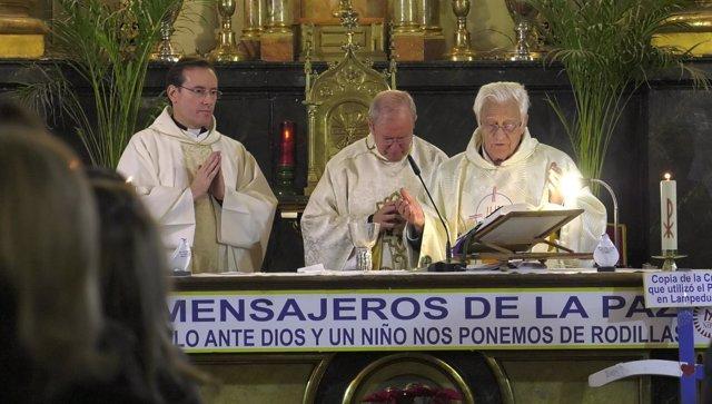 El padre Ángel oficia una misa funeral por monseñor Javier Echevarría
