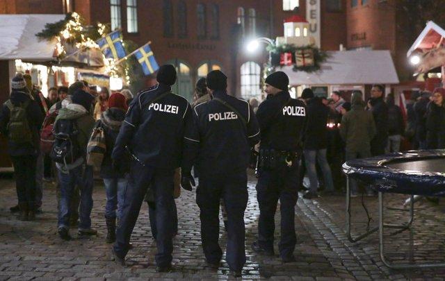 Policías en un mercado navideño en Berlín