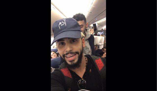 El 'youtuber' Adam Saleh siendo echado del avión de Delta Airlines