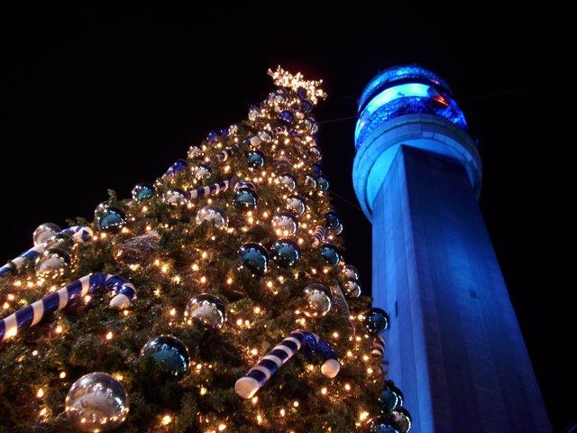 Arbol de Navidad instalado al lado de la torre Entel. Santiago de Chile