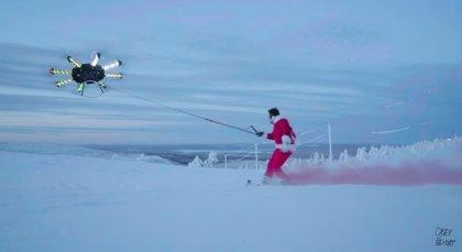 """Así de épico es hacer snowboard con un drone como """"cometa"""""""