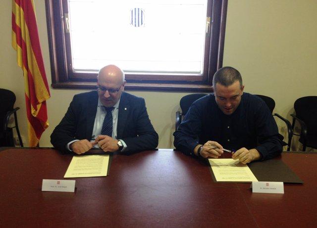 J.Baiget y S.Vendrell, durante la firma del acuerdo