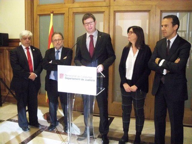 El conseller Carles Mundó firma un convenio sobre justicia gratuita