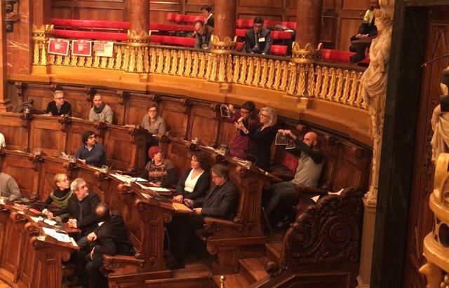 María José Lecha, Josep Garganté y Maria Rovira (CUP) rompen fotos del Rey