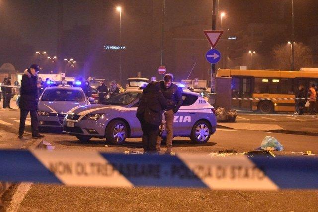 Policía italiana en el lugar del tiroteo a Anis Amri