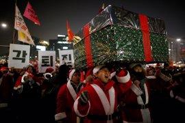 """Miles de personas salen de nuevo a las calles de Seúl en una marcha """"navideña"""" contra la presidenta Park"""