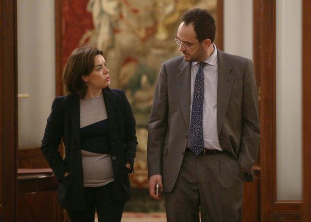 El socialista Antonio Hernando y la vicepresidenta Soraya Sáenz de Santamaría