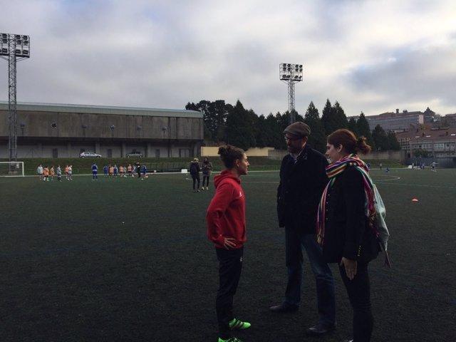 El alcalde de Santiago, Martiño Noriega, y la futbolista Verónica Boquete