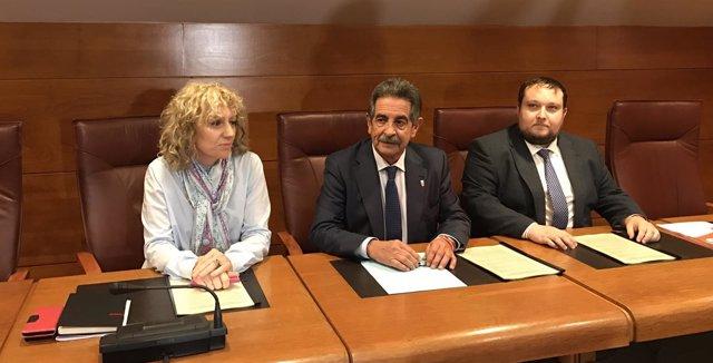 Revilla, Díaz Tezanos y Gómez han firmado el acuerdo este lunes en el Parlamento