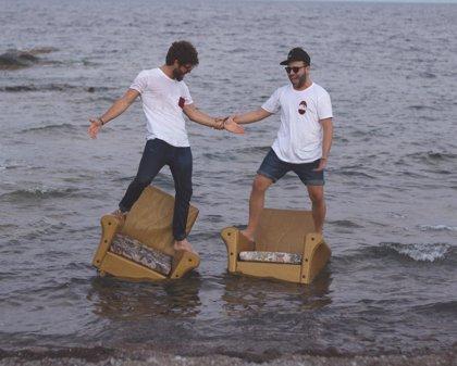 Dos jóvenes andaluces lanzan una marca de eco-camisetas y se solidarizan con la ayuda humanitaria
