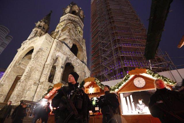 La Policía alemana patrulla el mercadillo de Berlín atacado