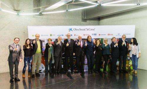 Isidro Fainé, y Jaume Giró, con representantes de entidades sociales