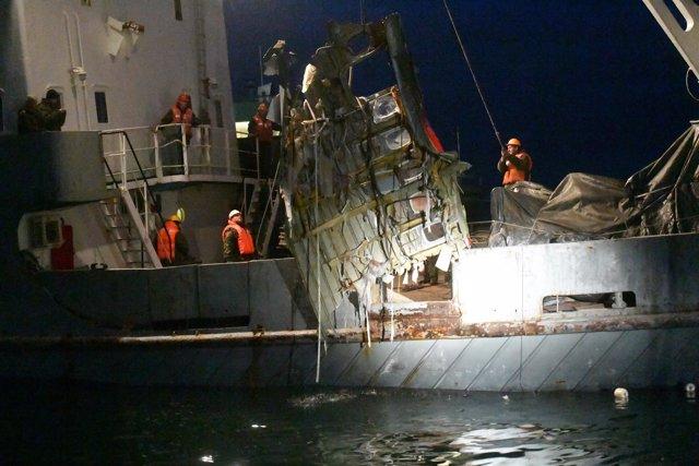 Restos recuperados del avión ruso estrellado en el mar Negro