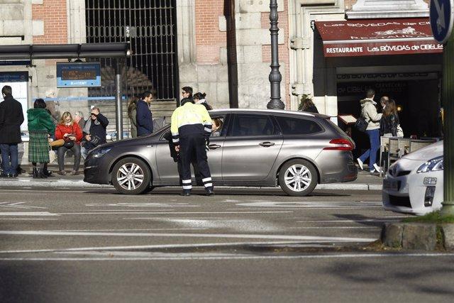 Agente de movilidad de Madrid controla el tráfico