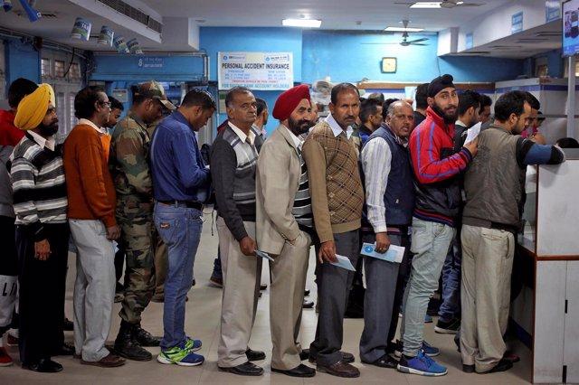 Indios haciendo colas en los bancos para depositar sus ahorros