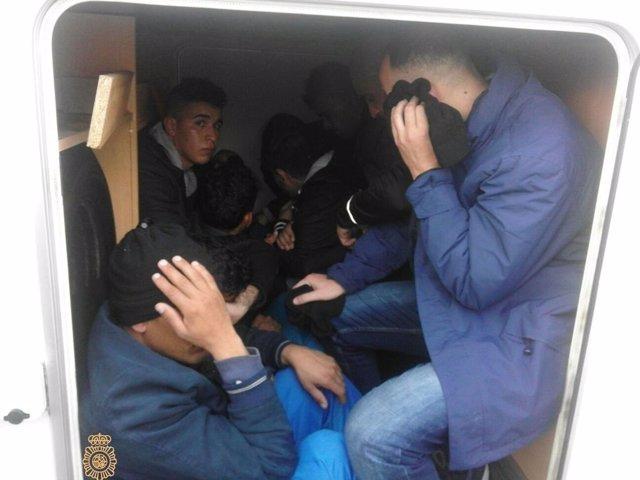 Inmigrantes que viajaban ocultos en una autocaravana