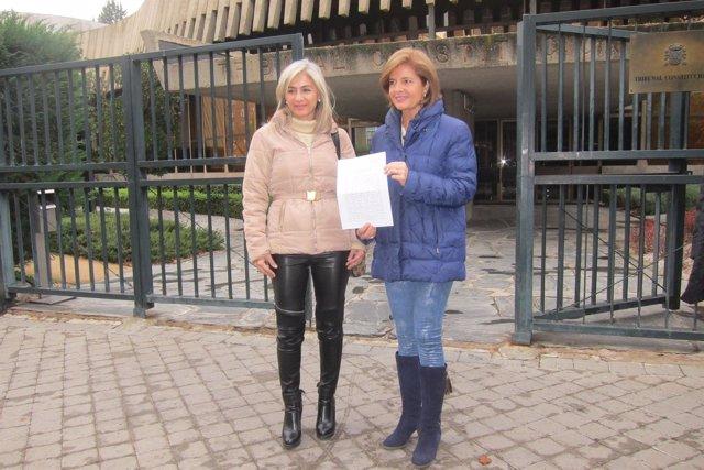 Patricia del Pozo y Esperanza Oña antes de presentar el recurso ante el TC