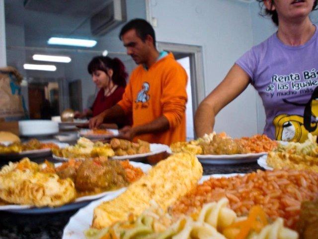 Voluntarios hacen de comer en el comedor social de Er Banco Güeno Palma-Palmilla