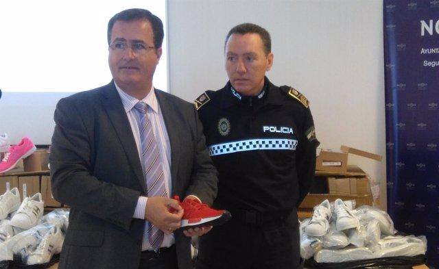 El delegado de Seguridad, Juan Carlos Cabrera, presenta incautación zapatillas