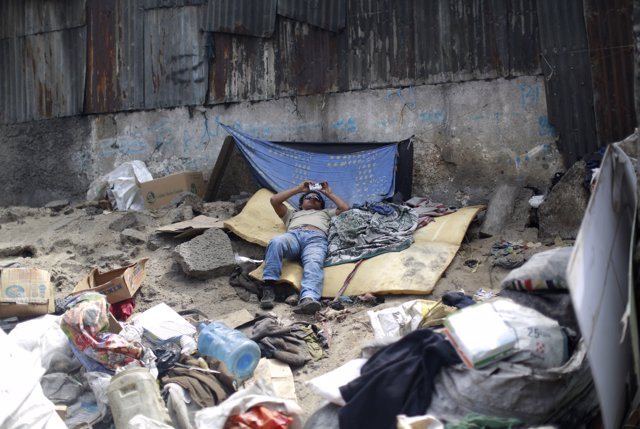 Latinoamericano usando su móvil pobreza nuevas tecnologías