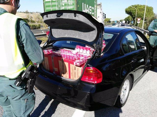 Tabaco de contrabando interceptado en un vehículo