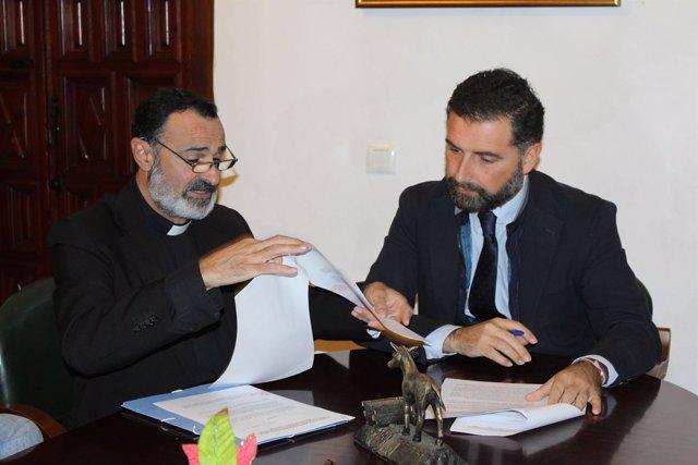 El alcalde de Moguer y el párroco local firman el convenio