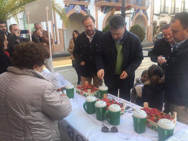 El alcalde de Palos de la Frontera, Carmelo Romero, colabora con la AECC