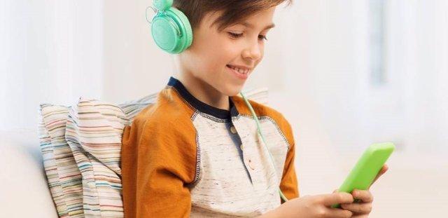 Niño jugando con su móvil
