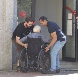 Discapacitado ayudado accesibilidad escalón escaleras silla ruedas