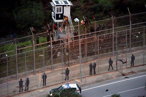 Inmigrantes entran en Ceuta a través de la valla que separa España de Marruecos