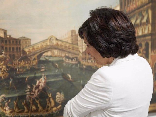 Visitante en una exposición en el CaixaForum Zaragoza