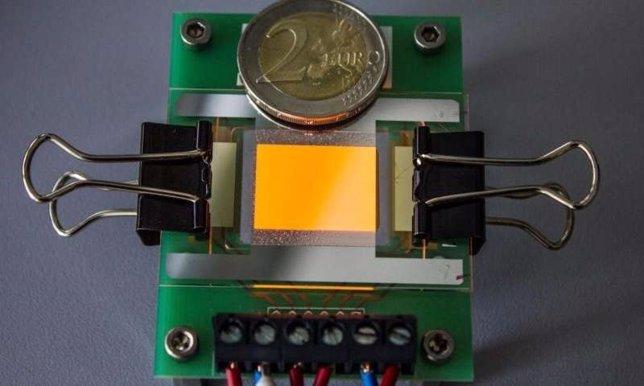 OLED luminoso naranja sobre un electrodo de grafeno