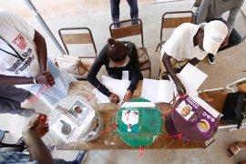 El jefe de la Comisión Electoral de Gambia abandona el país por las amenazas