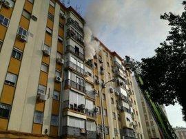 Sucesos.- Un anciano con quemaduras en el rostro y dos intoxicados por humo en un incendio en Ronda de Tejares