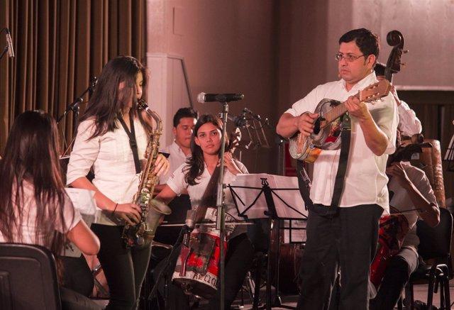 Favio Chávez dirige la Orquesta de instrumentos reciclados de Cateura