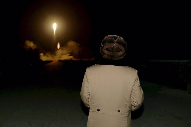 Kim Jong Un supervisa el lanzamiento de un misil