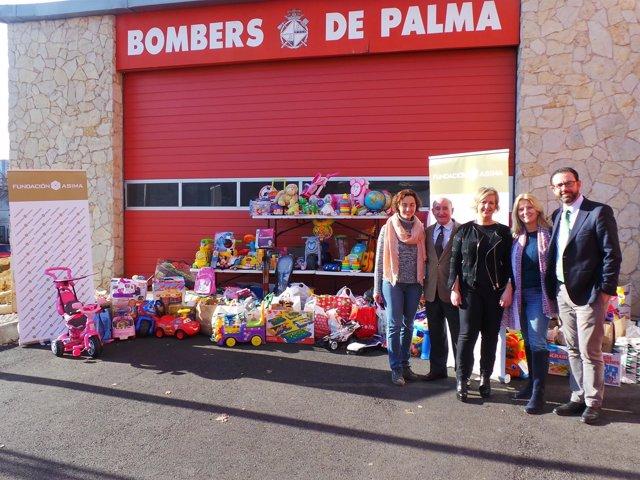 Entrega de un camión de juguetes de la Fundación Asima