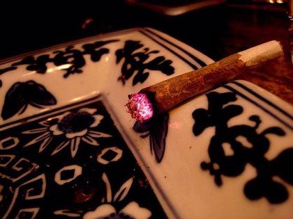 Fumar de jóvenes tabaco, pero no marihuana, podría elevar el riesgo de ictus