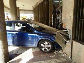 Atropellados en Sevilla dos menores y su padre al estrellarse un coche