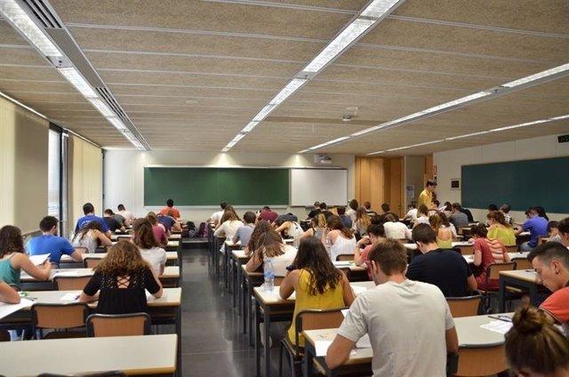 Alumnos haciendo un examen