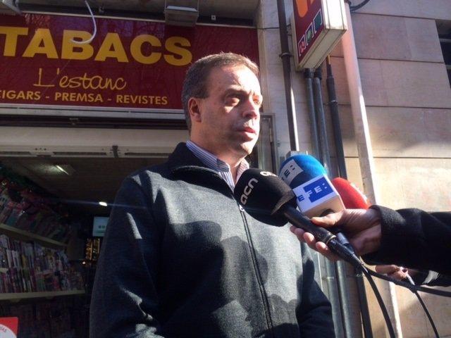 Carlos González, propietario del estanco que vendió un décimo premiado